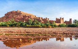 Ait Benhaddou Kasbah refletiu na água, Marrocos Fotos de Stock