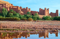 Ait Benhaddou Kasbah refletiu na água, Marrocos Imagem de Stock Royalty Free