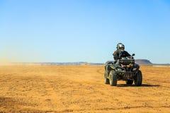 Ait Saoun, Marocco - 22 febbraio 2016: Bici del quadrato di guida dell'uomo sulla sabbia Fotografie Stock Libere da Diritti