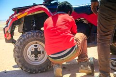 Ait Saoun, Marocco - 22 febbraio 2016: Equipaggi la prova di riparare la sua automobile nel deserto Immagine Stock Libera da Diritti