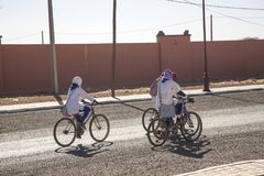 Ait Saoun Marocko - Februari 23, 2016: Grupp av kvinnaridningcykeln Royaltyfri Bild