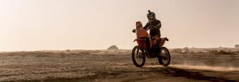 Ait Saoun, Marokko - 22. Februar 2016: Bemannen Sie Reitschmutzfahrrad im Sand und herauf ein Endstück sprühen Lizenzfreies Stockfoto