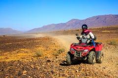Ait Saoun, Marokko - 22. Februar 2016: Mannreitviererkabelfahrrad auf Sand Lizenzfreies Stockbild