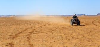 Ait Saoun, Marokko - 22. Februar 2016: Mannreitviererkabelfahrrad auf Sand Lizenzfreie Stockfotografie