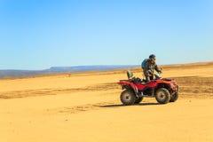 Ait Saoun Maroko, Luty, - 22, 2016: Mężczyzna kwadrata jeździecki rower na piasku Fotografia Royalty Free