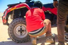 Ait Saoun Maroko, Luty, - 22, 2016: Obsługuje próbować naprawiać jego samochód w pustyni Obraz Royalty Free