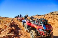 Ait Saoun, Marrocos - 23 de fevereiro de 2016: Bicicletas do quadrilátero no deserto no por do sol Fotos de Stock