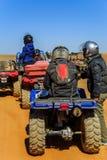 Ait Saoun, Marrocos - 23 de fevereiro de 2016: Cavaleiros que preparam-se para a raça da bicicleta no deserto Imagens de Stock Royalty Free
