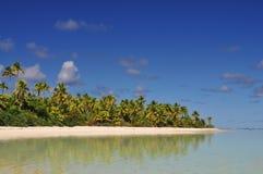Aitutaki strand, sand och palmträd Royaltyfri Fotografi