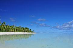 Aitutaki strand, sand och palmträd Royaltyfri Foto