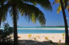 Aitutaki strand, sand och palmträd Arkivbilder