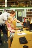 Aiutando nell'istituto universitario Immagine Stock