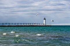 Aiuti alla navigazione sul lago Michigan in Manistee fotografia stock