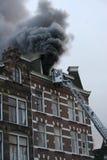 Aiuti la casa su fuoco Immagini Stock