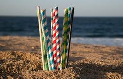 Aiuti la cassaforte l'oceano - paglie di carta di eco immagini stock