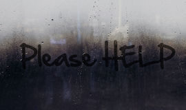 Aiuti prego il messaggio scritto sull'automobile o sulla finestra della costruzione Fotografia Stock Libera da Diritti