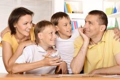Aiuto dei genitori con compito Fotografie Stock Libere da Diritti