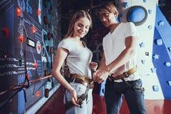 Aiuto del ragazzo e della ragazza al parco di divertimenti fotografia stock libera da diritti