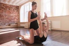 Aiuto di amicizia Giovane ginnastica delle ballerine Immagini Stock Libere da Diritti