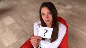 Aiuto di bisogno della donna Segno triste di domanda della tenuta della donna video d archivio
