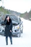 Aiuto o assistenza aspettante della giovane donna dopo il suo breakdo dell'automobile Fotografia Stock Libera da Diritti