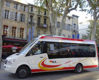Aix en在艾克斯普罗旺斯,法国的中世纪部分的公共汽车小巴 免版税库存图片