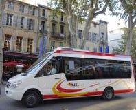 Aix en Autobusowy minibus w średniowiecznej części Aix en Provence, Francja Obraz Royalty Free