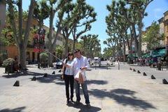 Aix-en-Provence, FRANÇA - 1º de julho de 2014: Os pares de turistas são Fotografia de Stock Royalty Free