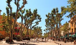 Aix-en-provence FRANKRIKE - JULI 1, 2014: Cours Mirabeau, Aix-en Arkivbild