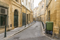 Aixen provence och den smala gatan Arkivbild