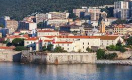 Ajácio, arquitetura da cidade litoral com citadela velha imagem de stock royalty free