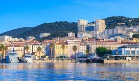 Ajácio, arquitetura da cidade litoral nas horas de verão imagens de stock royalty free
