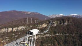 Aj hackett Sochi, Sochi Skypark Nationalpark, Berge, Mzymta River Valley Schattenbild des kauernden Geschäftsmannes Gefrorener Wa stock footage