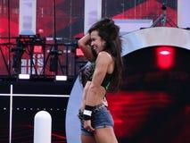AJ Zawietrzni stojaki na turnbuckle mienia włosy gdy świętuje wygranę a Zdjęcie Royalty Free