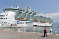aja巡航靠了码头独立海运船 免版税库存图片