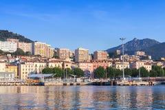 Ajaccio port, nabrzeżny sumer pejzaż miejski, Corsica obraz stock