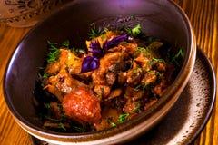 Ajapsandali com beringela, pimenta, tomate e ervas Foto de Stock Royalty Free