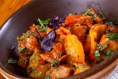 Ajapsandali con la berenjena, la pimienta, el tomate y las hierbas Imagen de archivo libre de regalías