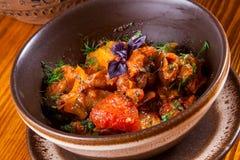 Ajapsandali med aubergine, peppar, tomaten och örter Arkivfoto