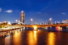 Ajardina a ideia da arquitetura da cidade de Banguecoque na noite Fotografia de Stock Royalty Free