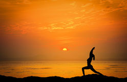 Ajardina a imagem do por do sol dramático sobre o mar com silhueta Imagens de Stock Royalty Free