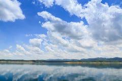 Ajardina o céu azul com nuvens Fotografia de Stock Royalty Free