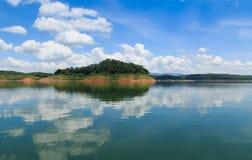 Ajardina o céu azul com rio Imagem de Stock