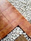 Ajardinando a combinação de seixos e de pavimentar telhas Imagens de Stock