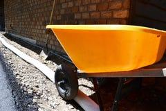 Ajardinando a melhoria com wheelbarrow Fotografia de Stock Royalty Free