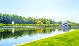 Ajardinando o projeto Aleia do parque perto do palácio de Petergof Imagens de Stock