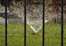 Ajardinando o sistema de irrigação com tubulação molhando e sistema de extinção de incêndios da difusão Fotografia de Stock