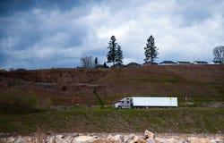 Ajardinando a vista com semi o reboque do caminhão e da japona Imagem de Stock Royalty Free