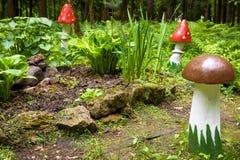 Ajardinar com um cogumelo de madeira Imagem de Stock Royalty Free