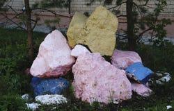 Ajardinar de pedra natural no jardim home Fotos de Stock